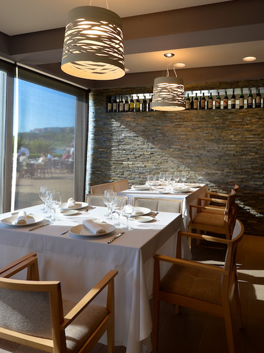 04_Blog_Code_Studio_La_Brasserie_Silla_Manila_Andreu_World_Brasserie_Hotel_Igeretxe_Comer_Bien_Sentado