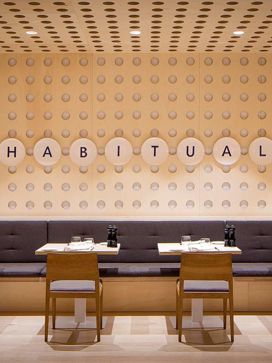 06_Blog_Code_Studio_Restaurante_Habitual_Ricard_Camarena_Silla_Happy_Andreu_World_Comer_Bien_Sentado
